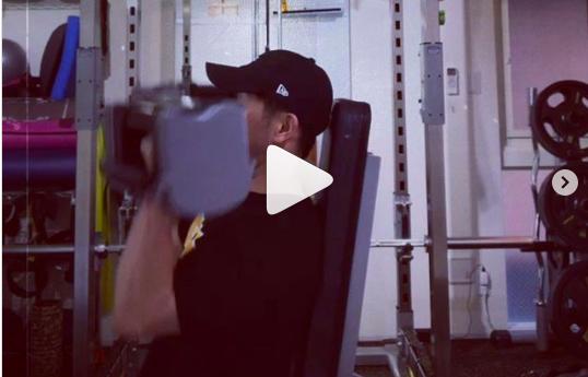 格安パーソナルトレーニングのカエルボディスタジオ-軽めの重量でアーノルドプレス